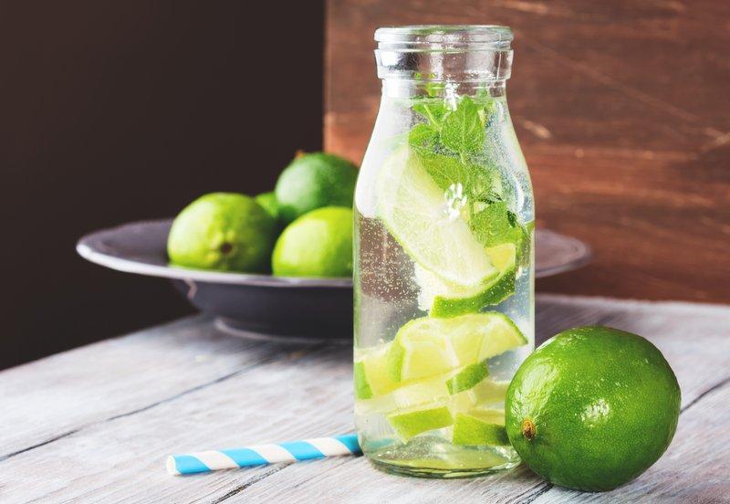 Limetten-Wasser mit Minze